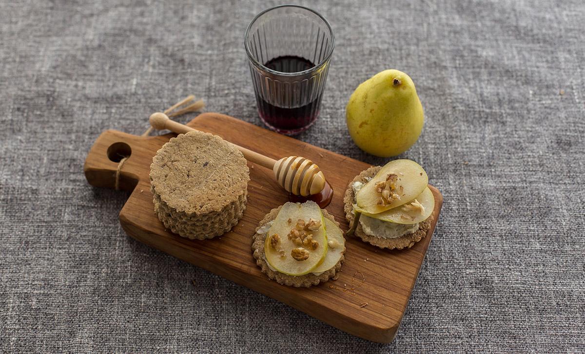 Gallette di avena con noci, gorgonzola e pera