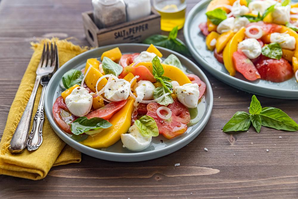 Insalata di pomodori, mango e mozzarella